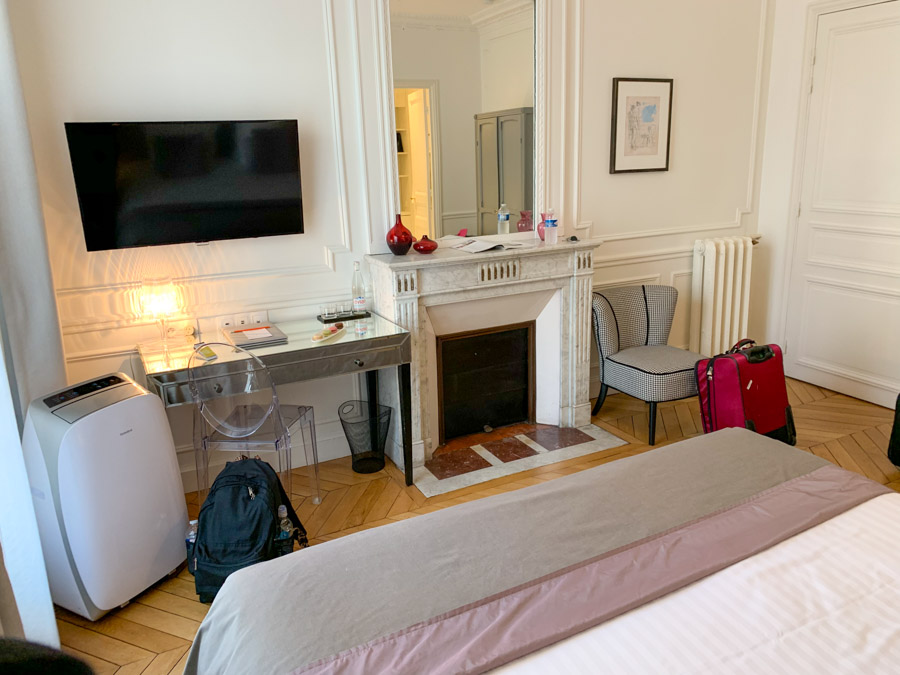 Interior showing TV and decorative fireplace in room at Relais 12bis